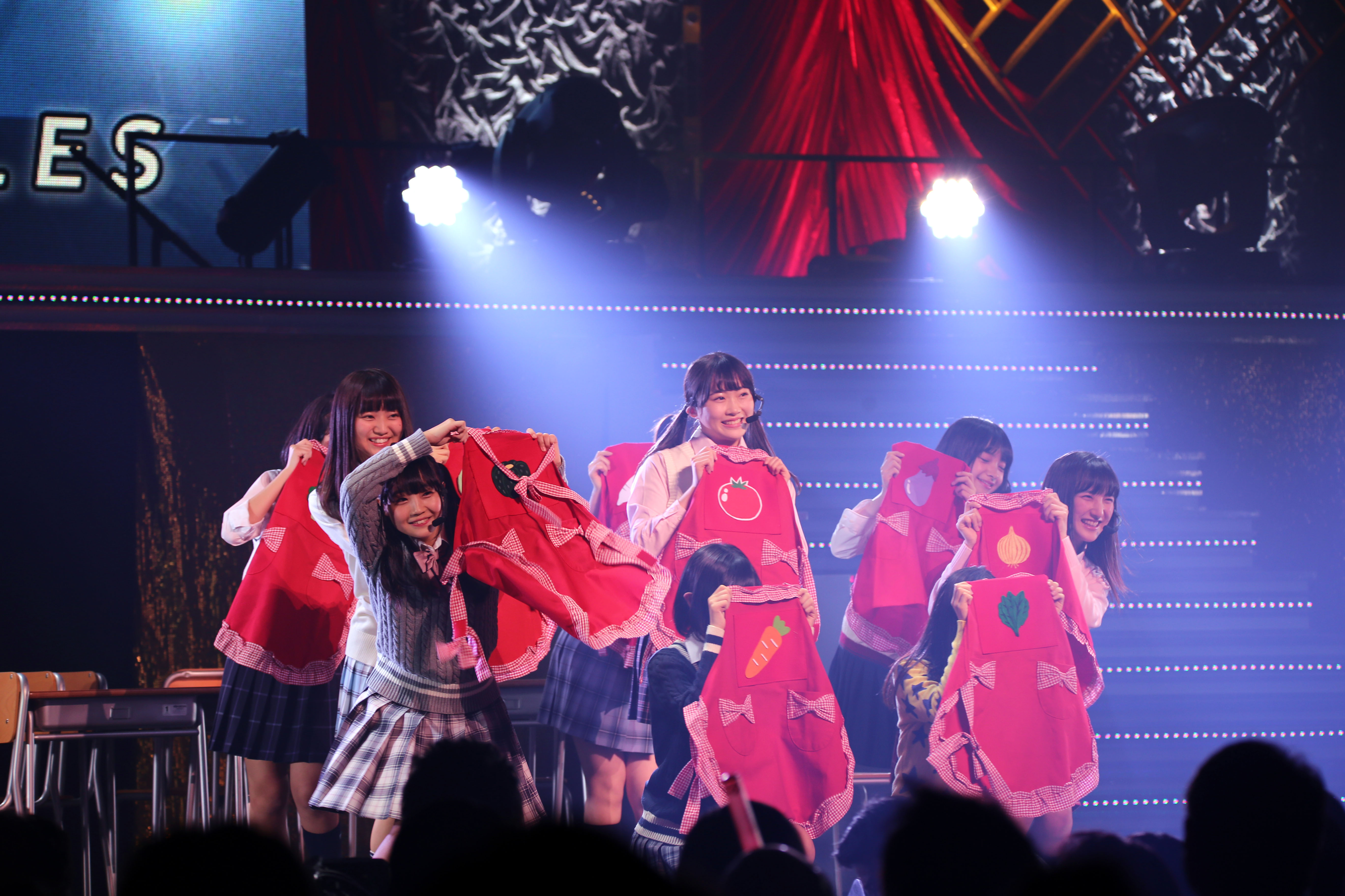16期研究生単独コンサートで「野菜シスターズ」のセンターを務める山根涼羽(中央)(2018年1月)