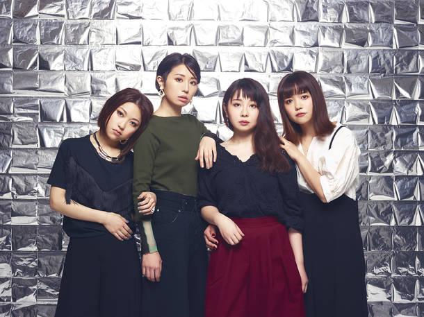 L→R 宮腰侑子(Ba&Cho)、木村順子(Gu&Cho)、清水加奈(Vo&Gu&Key)、竹内裕美子(Dr)