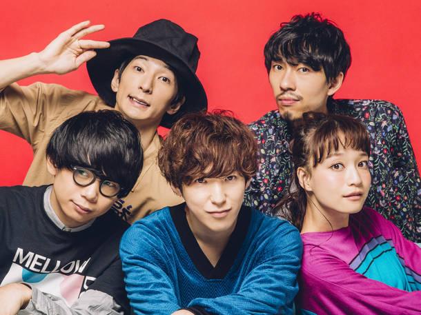 L→R 砂川一黄(Gu)、山崎正太郎(Dr)、武井優心(Vo&Ba)、八木 類(Gu&Cho&Syn)、タカハシマイ(Cho&Syn&Per)