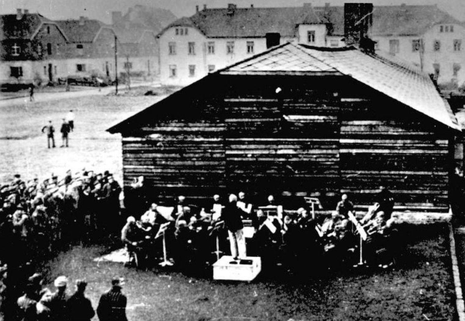 収容所でも囚人による音楽隊が演奏をしていた。だが演奏の目的は囚人たちが円滑に労働したり、ナチスのための演奏だった(Courtesy of JNF UK / PHA GROUP)