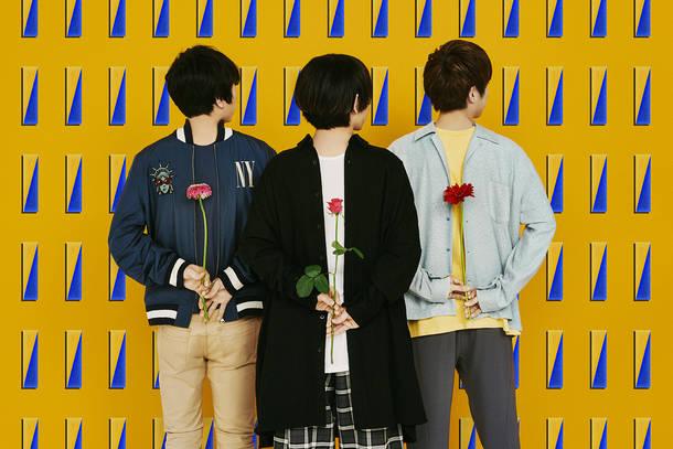 L→R フジムラ(Ba)、Yurin(Vo&Gu)、知(Gu)