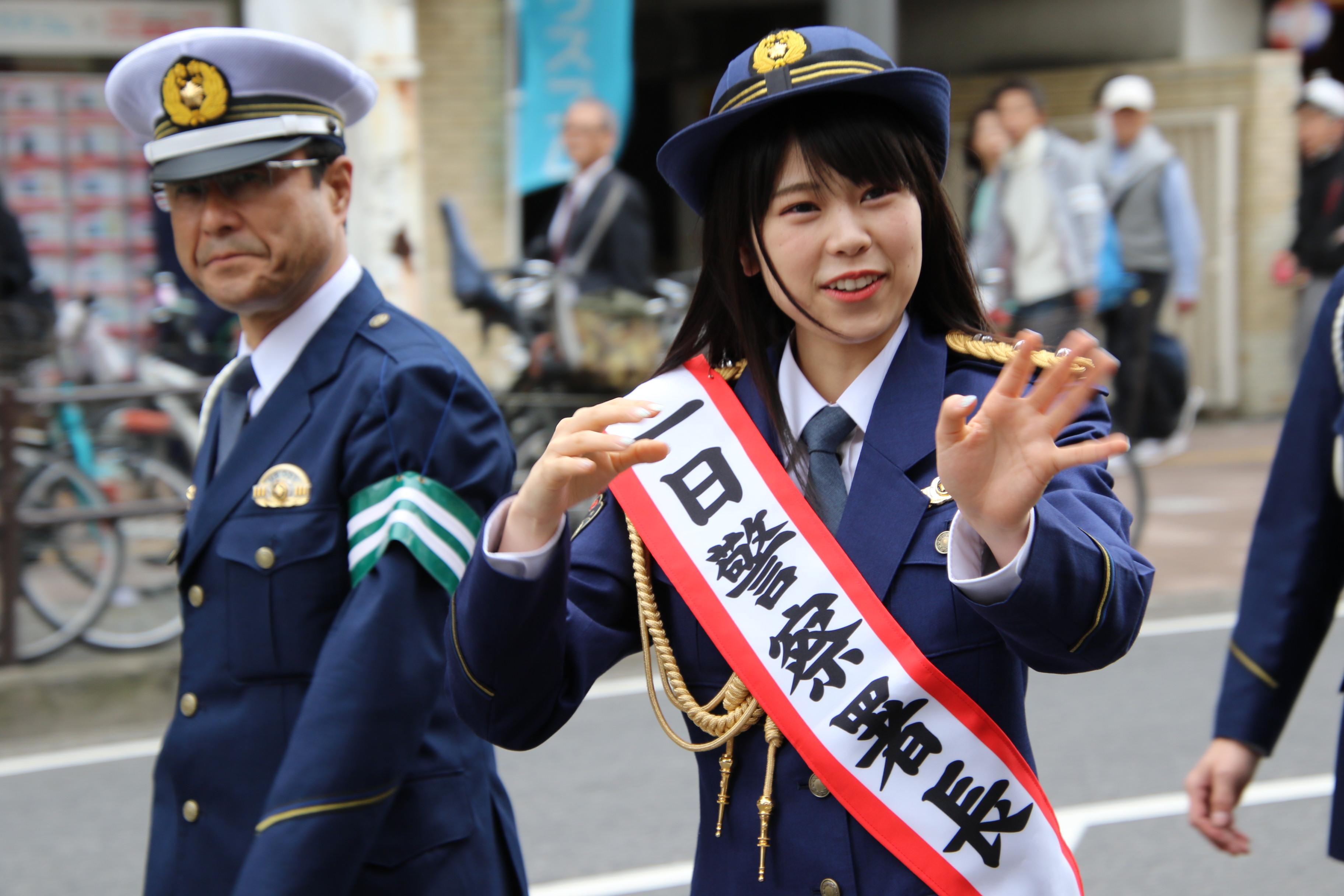 誰にも笑顔で手を振る吉川七瀬一日警察署長