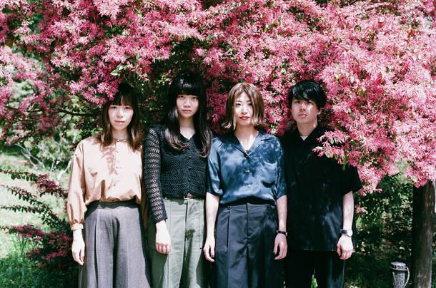 L→R 石田成美(Dr&Cho)、畳野彩加(Vo&Gu)、福田穂那美(Ba&Cho)、福富優樹(Gu)