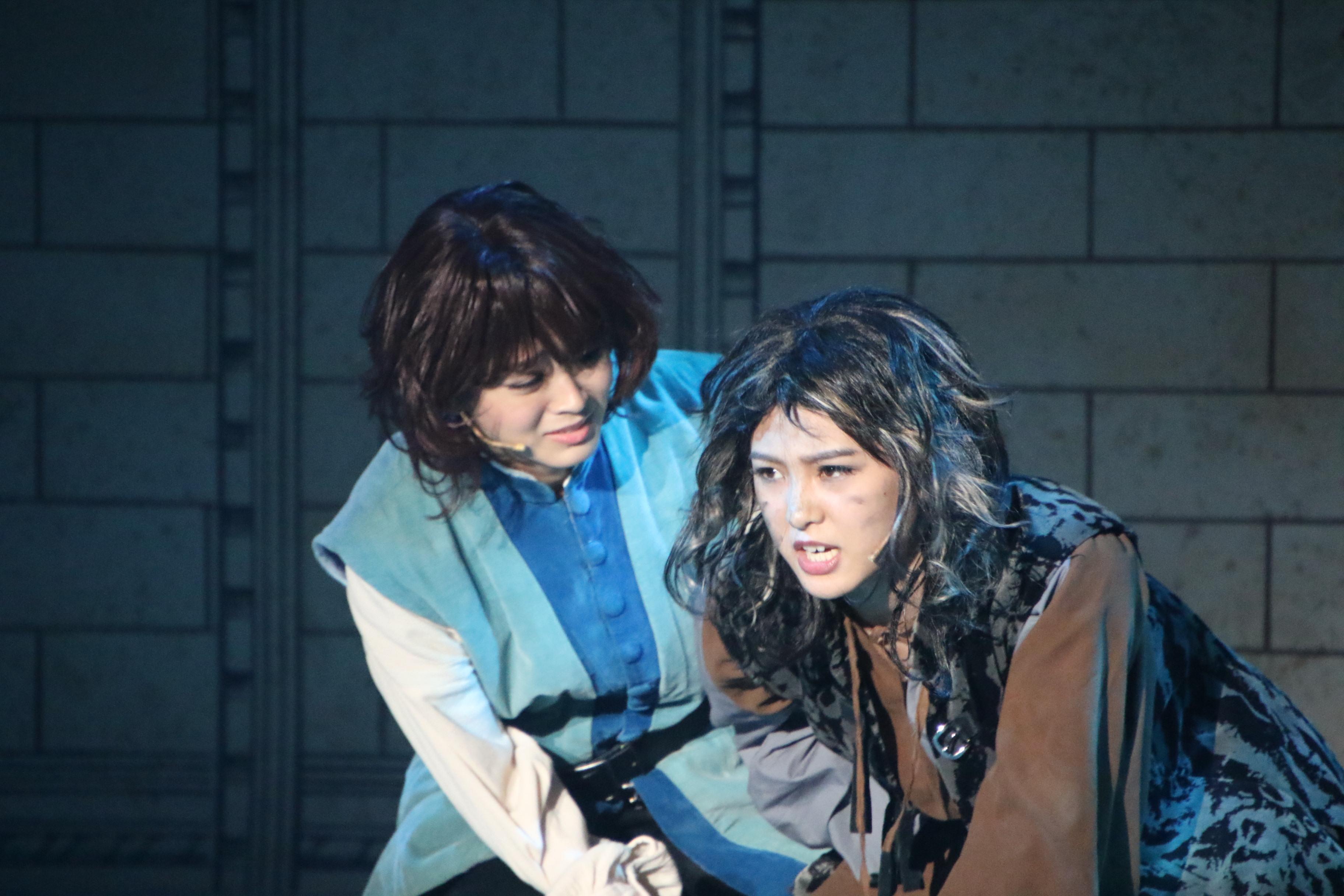 バルサザー役を演じる太田奈緒(左)とラインハルト役の山田菜々美(右)