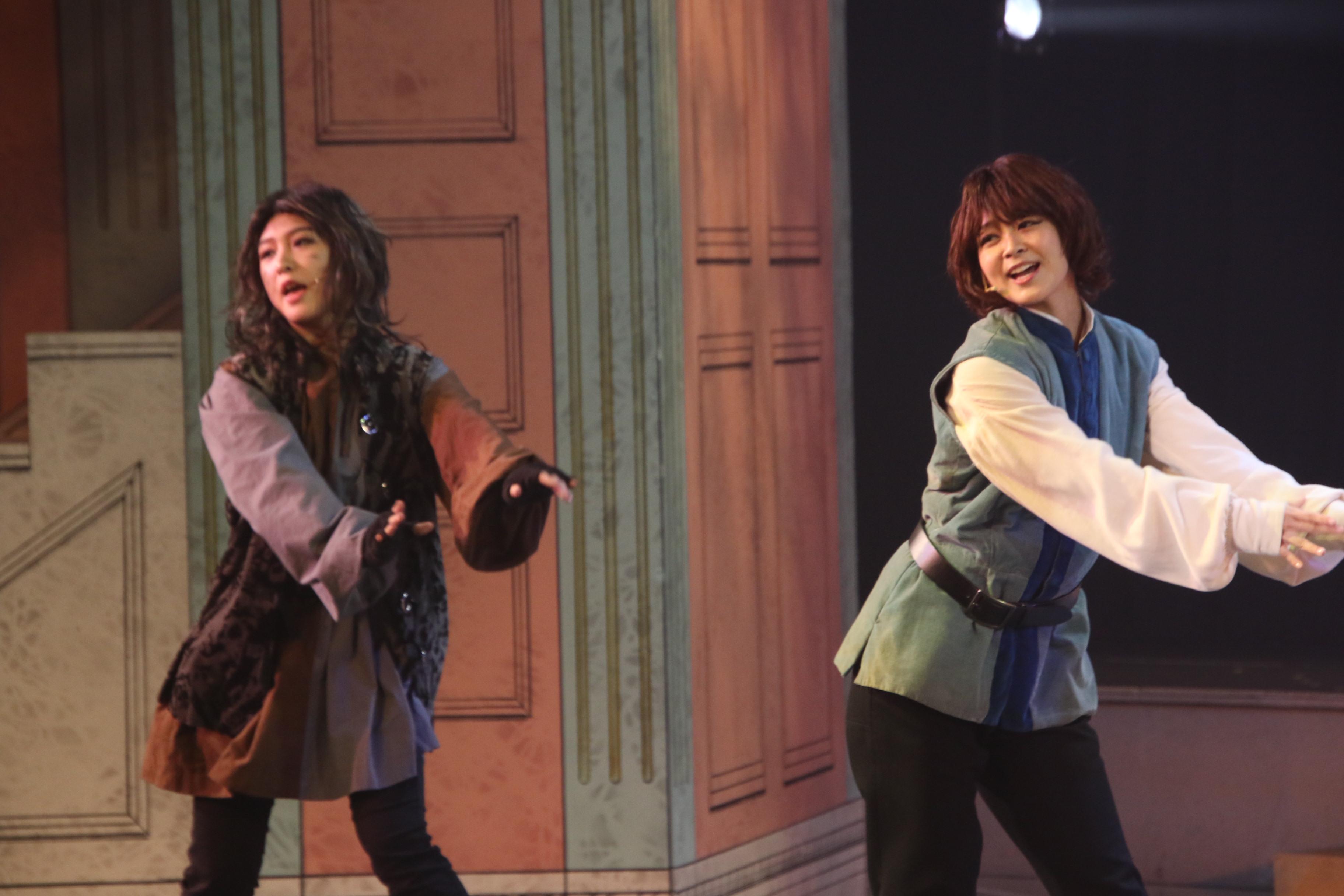 舞台の最後ではAKB48の楽曲を披露。舞台の衣装とメイクでアイドルに戻る太田奈緒(右)と山田菜々美(左)
