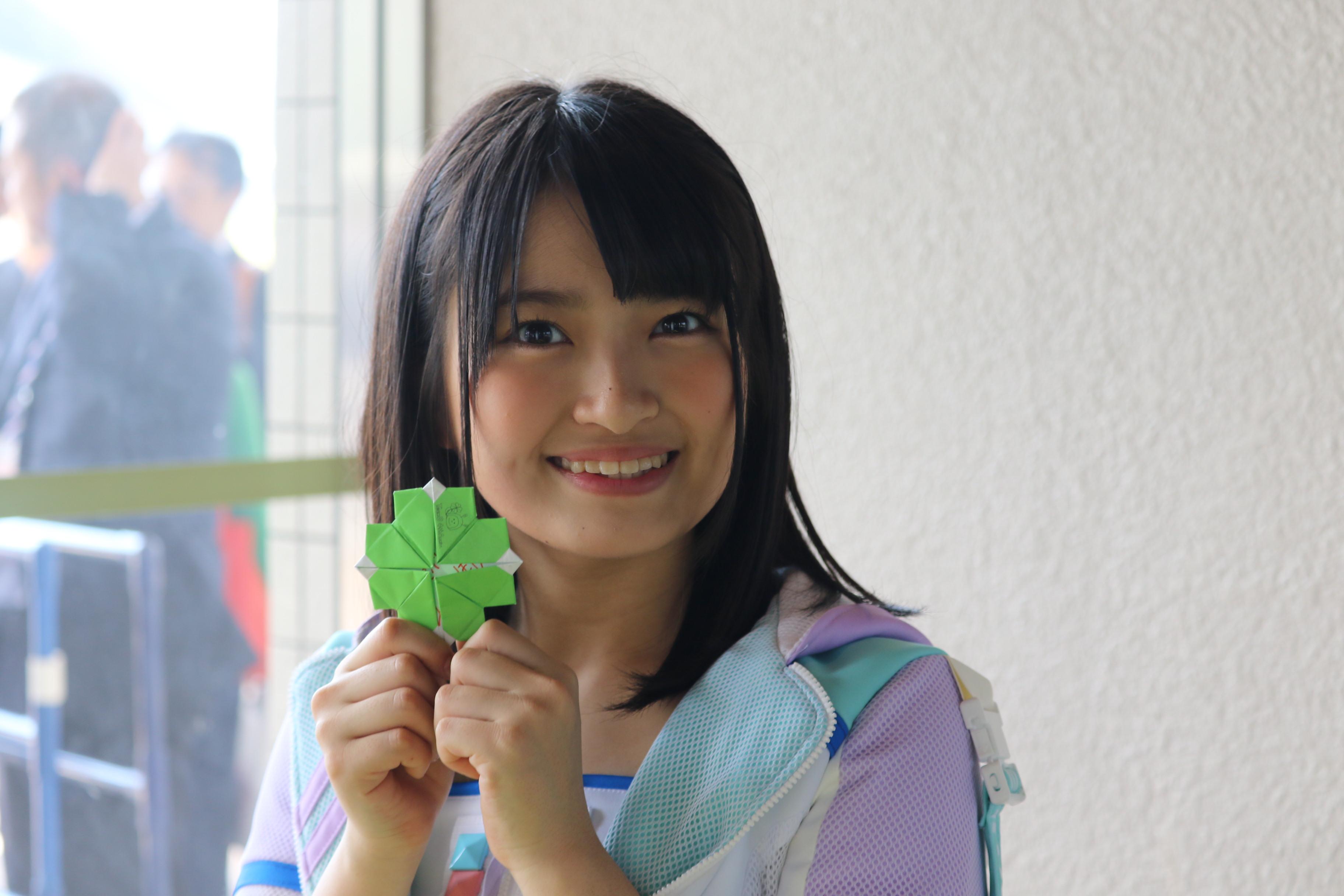 「チーム8結成4周年記念祭 in 日本ガイシホール しあわせのエイト祭り」昼公演でクローバーを配布する下青木(2018年4月)