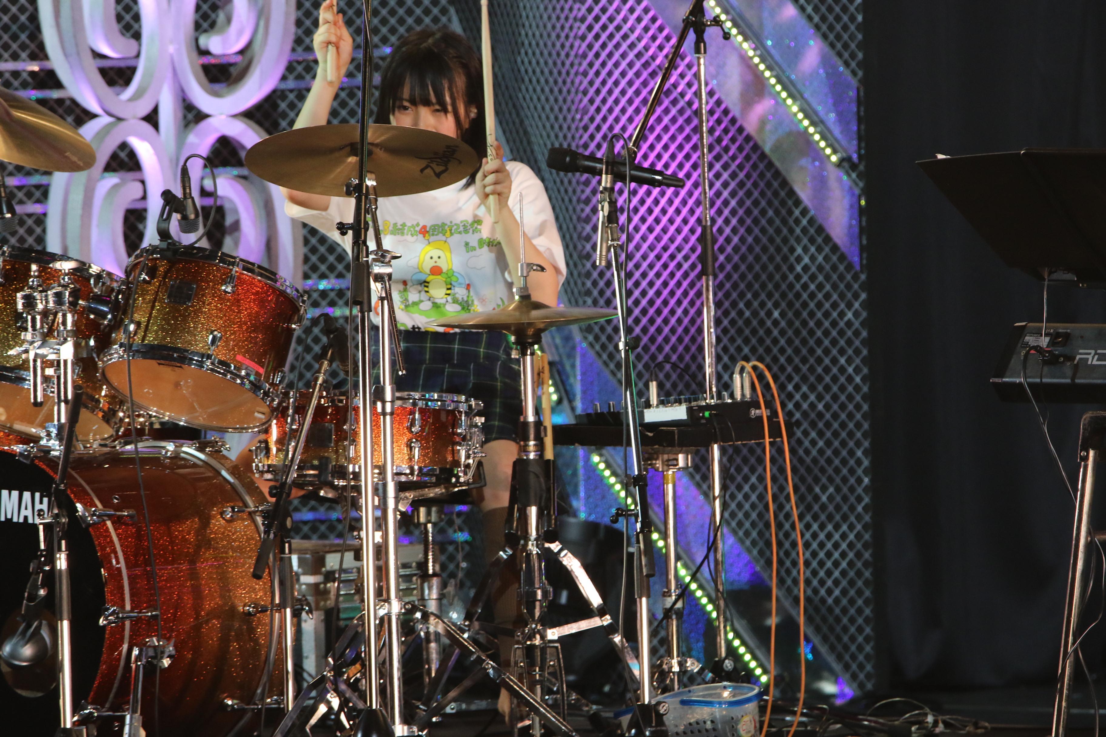 「チーム8結成4周年記念祭 in 日本ガイシホール しあわせのエイト祭り」でドラムを披露する下青木(2018年4月)