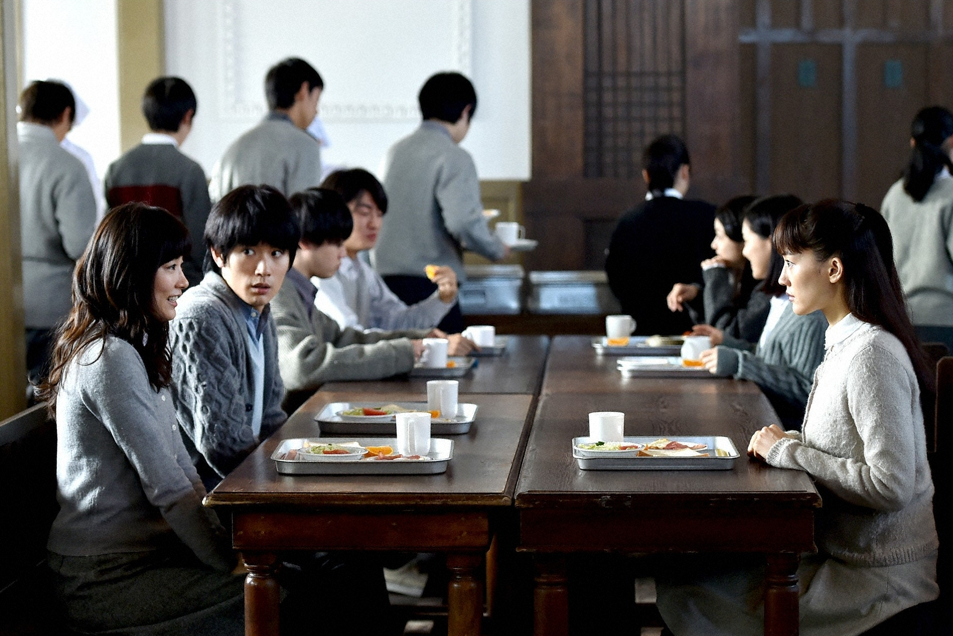 恭子(右・綾瀬はるか)、友彦(左奥・三浦春馬)、美和(左前・水川あさみ)それぞれが選ぶ進路とは? (c)TBS