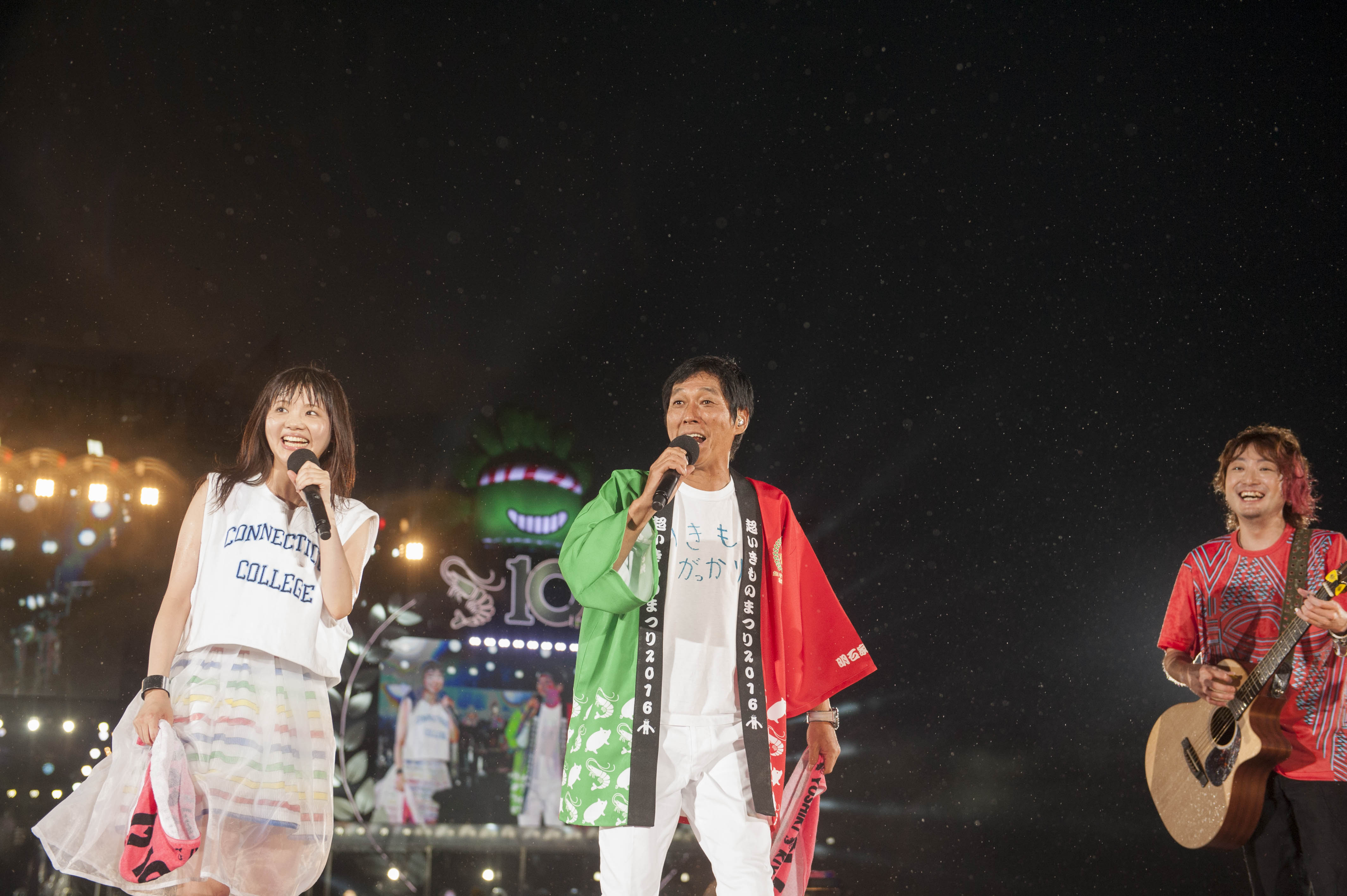 いきものがかりの10周年記念ライブにゲスト出演した明石家さんまの画像・壁紙