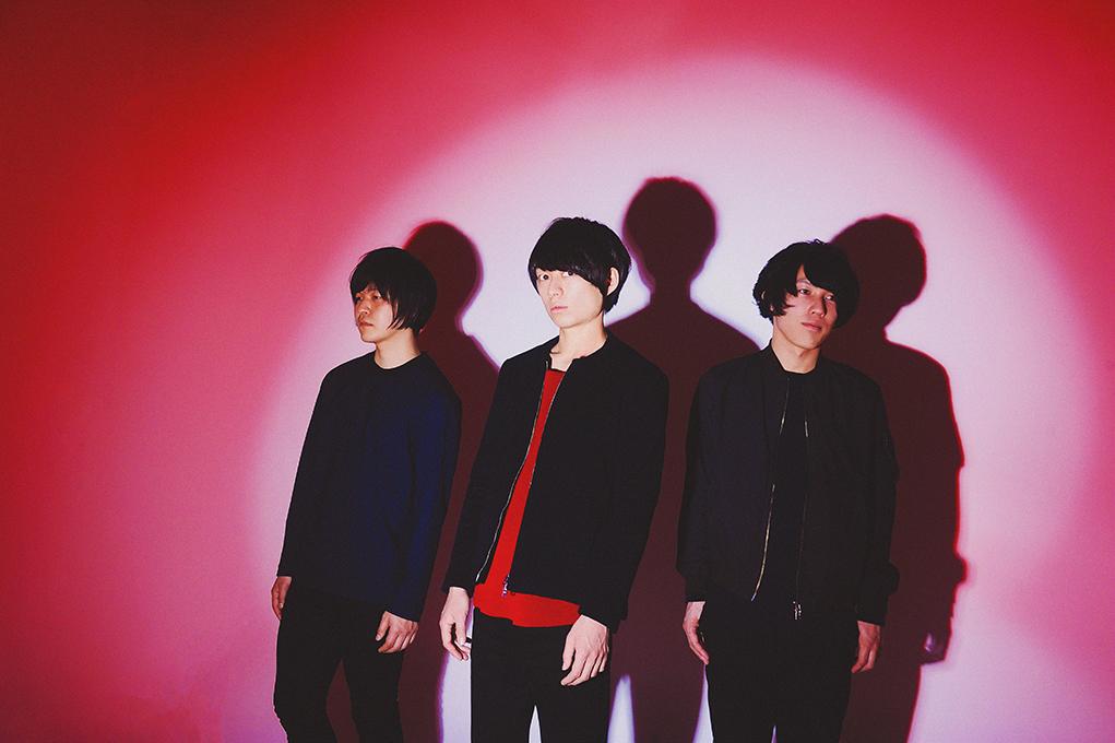 L→R 坂東志洋(Dr)、武市和希(Vo&Gu&Key)、井上雄斗(Gu&Cho)
