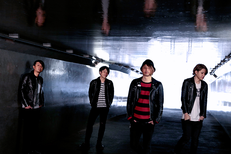 L→R Genki(Dr&Cho)、Shintaro(Ba&Cho)、Ara(Vo&Gu)、Tekko(Gu&Cho)