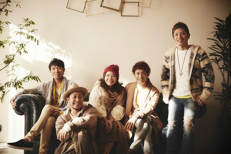 L→R 宮里悠平(Gu&Cho)、名嘉 俊(Dr&Rap&Cho)、仲宗根 泉(Vo&Key&Cho)、新里英之(Vo&Rap&Gu)、許田信介(Ba)