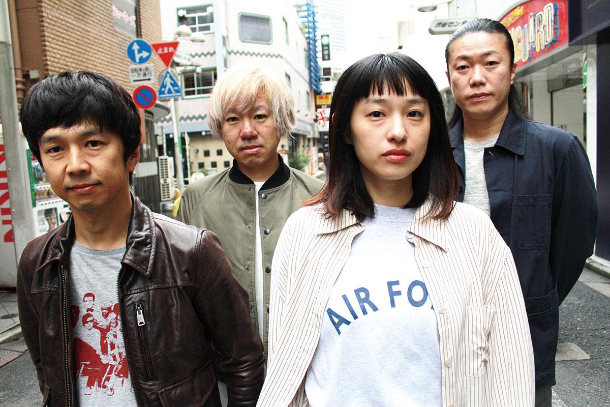 L→R 笈川 司(Gu)、ヤマダヨウイチ(Dr)、すずきゆきこ(Vo&Gu)、旭 司(Ba)