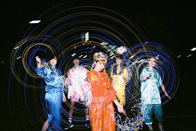 L→R マリナティシャン(Ba&Cho)、あししオポチュニティー(Gu)、メイビーモエ(Vo&Gu)、舘 松子莉(Dr)、ミノリンチーノ(Key&Cho)