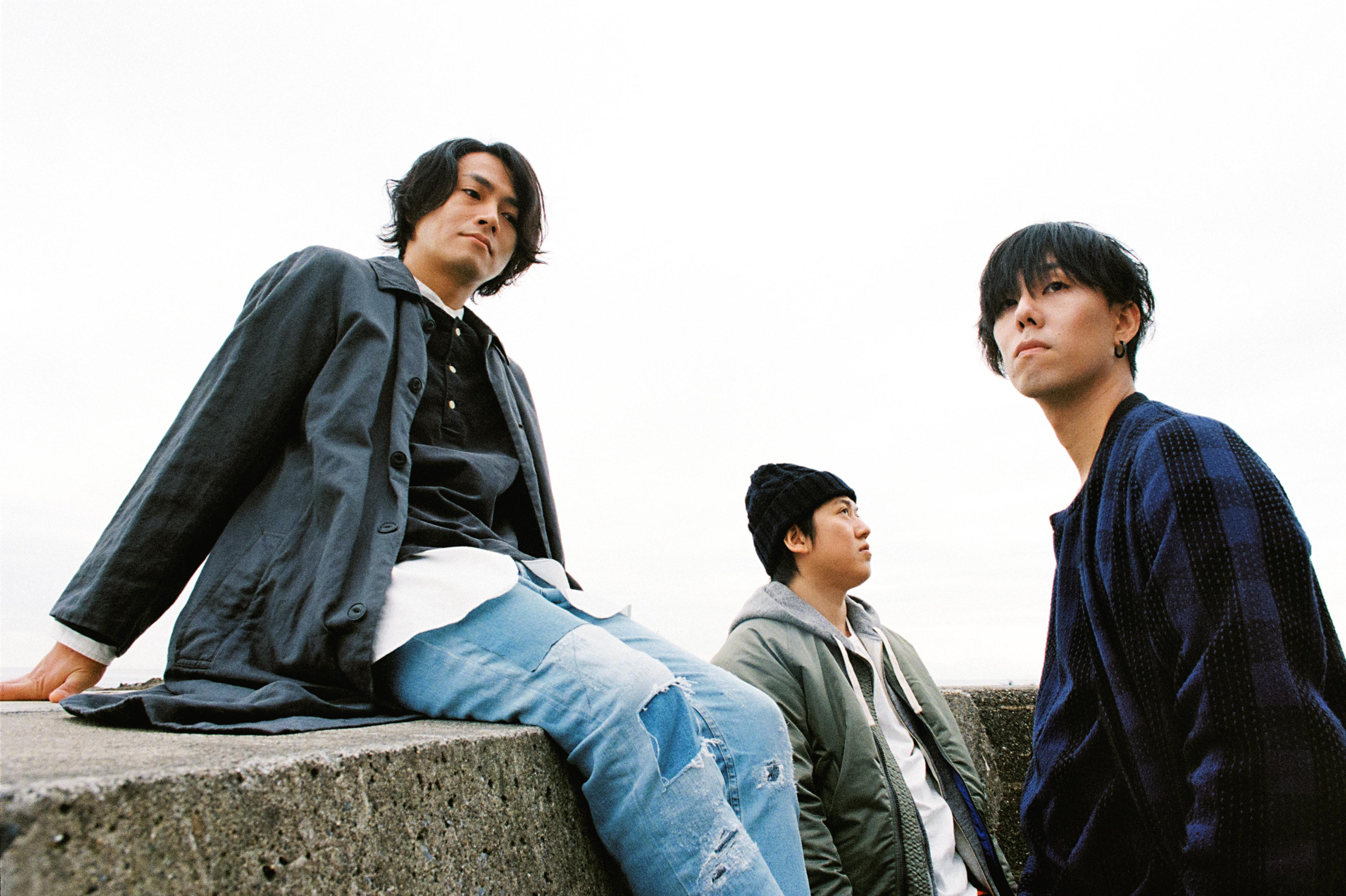 L→R 武田祐介(Ba)、桑原 彰(Gu)、野田洋次郎(Vo&Gu&Piano)