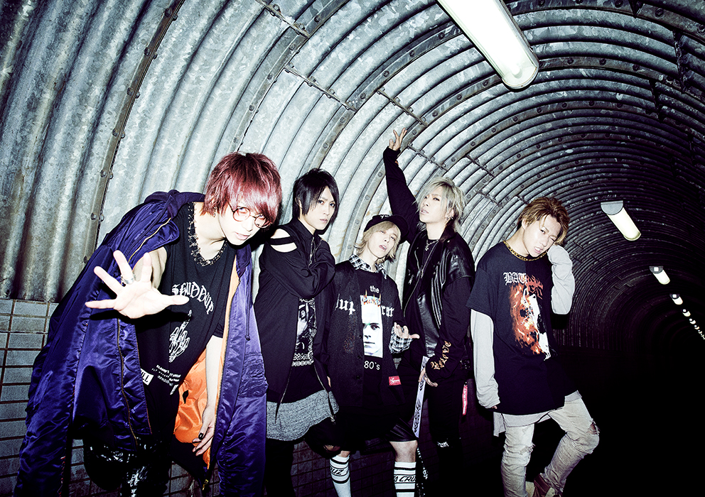L→R 武瑠(Vo)、masato(Gu)、shinpei(Dr)、Chiyu(Ba)、yuji(Gu)