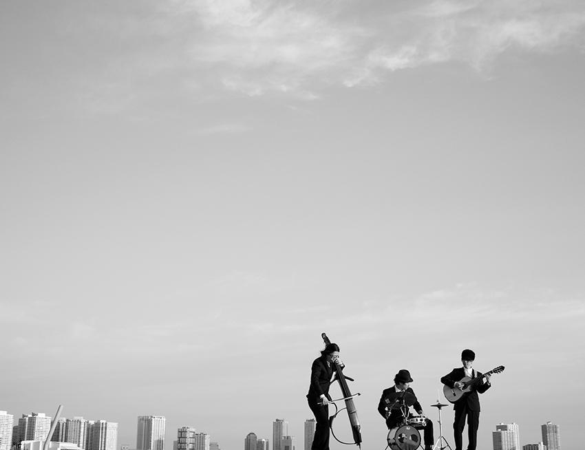 L→R 小出栄司(アップライトベース)、水口彰太(ドラムス)、柏原利之(ガットギター)