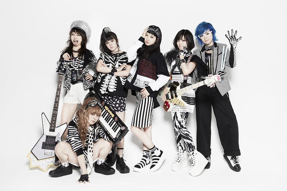 L→R Fチョッパー KOGA(Ba)、オレオレオナ(Vo&Key)、ねんね(Performer3号)、まい(Performer1号)、TOMO-ZO(Gu)、はな(Vo&Dr)