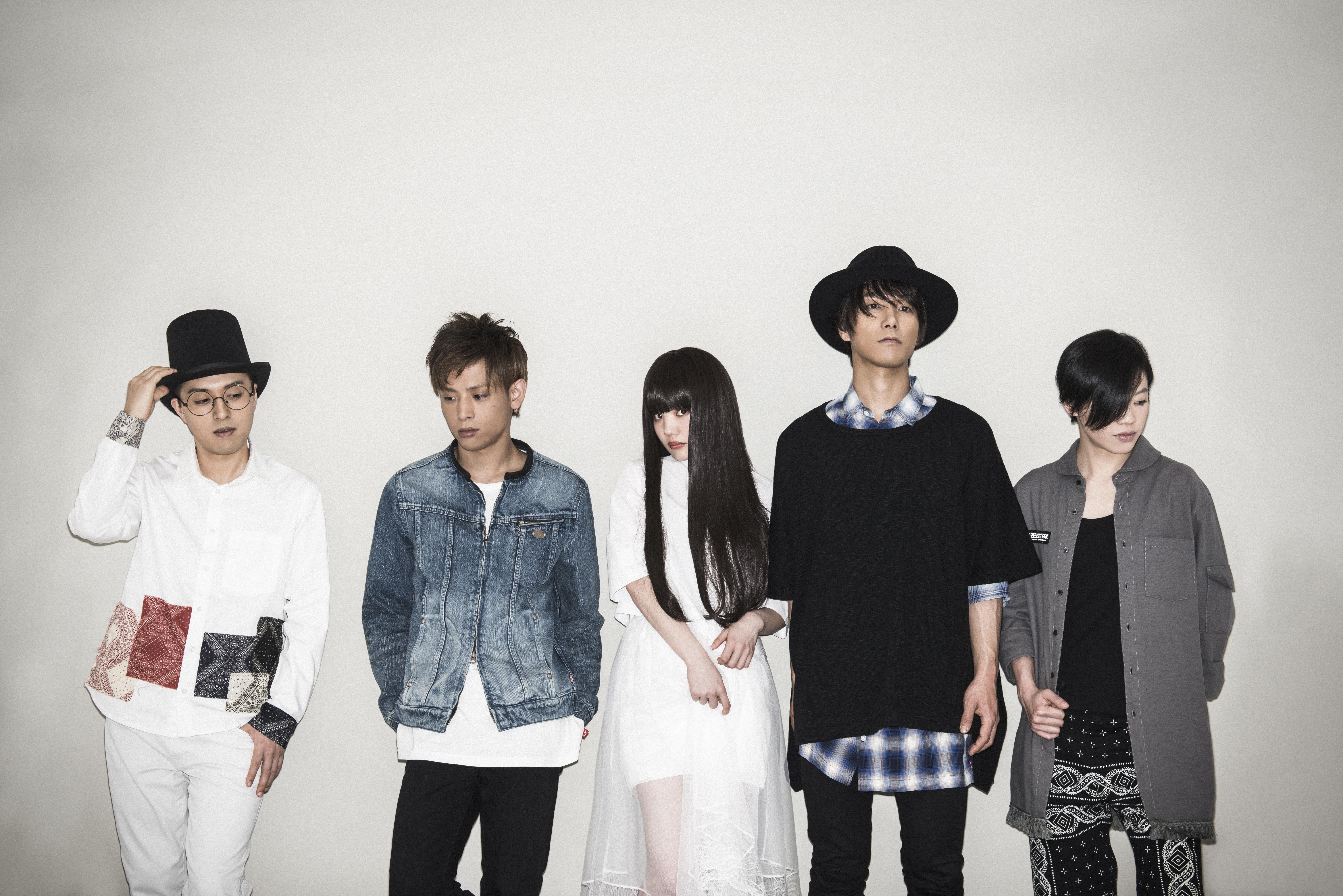 L→R rio(Key)、syunn(Ba)、kiila(Vo&Gu)、yu-ya(Gu)、ウツミエリ(Dr)