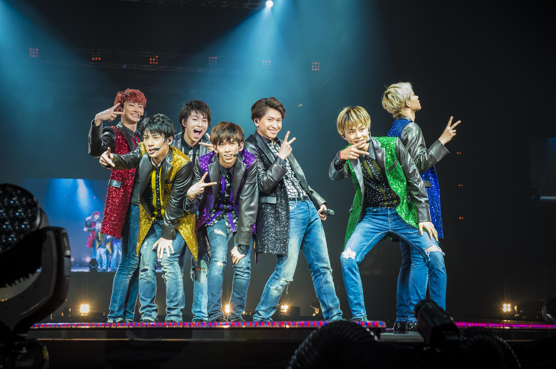 L→R ユーキ(Dancer)、ユースケ(Dancer)、タカシ(Vo)、リョウガ(Dancer)、コーイチ(Vo)、タクヤ(Dancer)、カイ(Dancer)