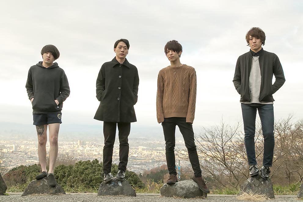 L→R でーもんほった(Dr)、あっきゅん(Gu&Vo)、やっすー(Gu&Cho)、たか(Ba&Cho)
