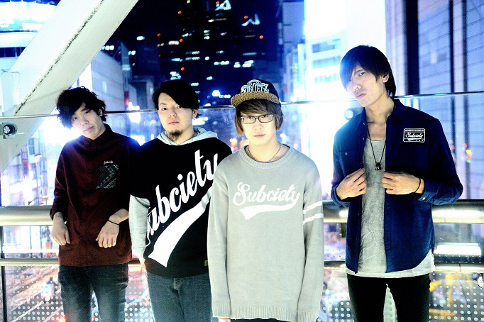 L→R KASHIWAGI(Ba&Cho)、MX(Dr&Cho)、SHINJI(Vo&Gu)、Low4(Gu)