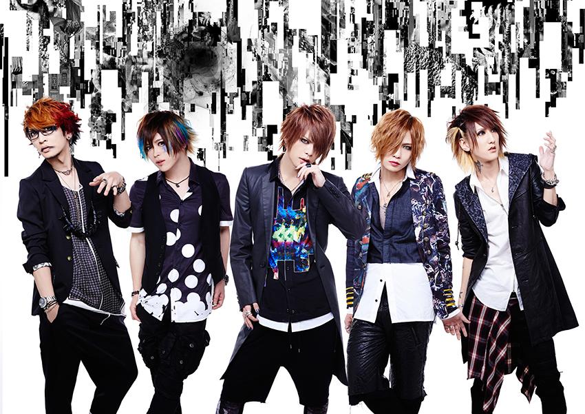 L→R 海(Gu)、Tohya(Dr)、智(Vo)、瑠伊(Ba)、Yuh(Gu)