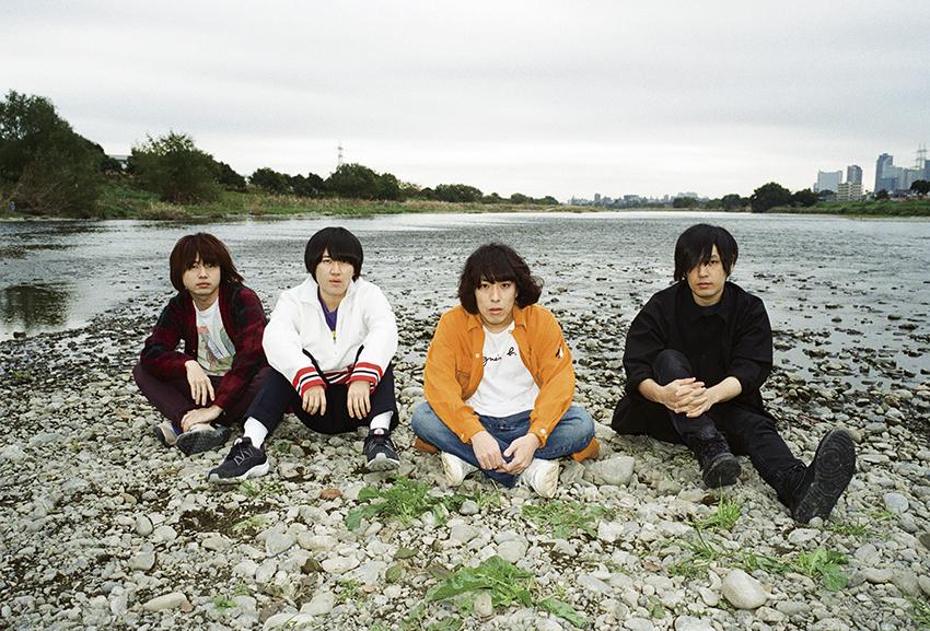 L→R 飯田祐馬(Ba)、小泉貴裕(Dr)、谷口 鮪(Vo&Gu)、古賀隼斗(Gu)