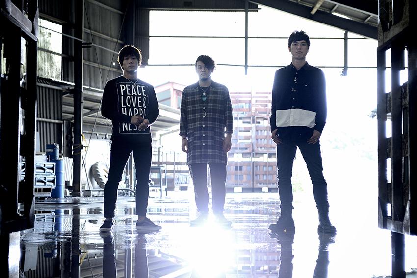 L→R 木下正行(Vo&Ba)、Tatsuya(Dr&Cho)、森 勇介(Gu&Vo)