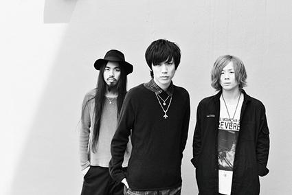 L→R 原田直樹(Dr&Cho)、中野大輔(Vo&Gu)、関 浩佑(Ba&Cho)