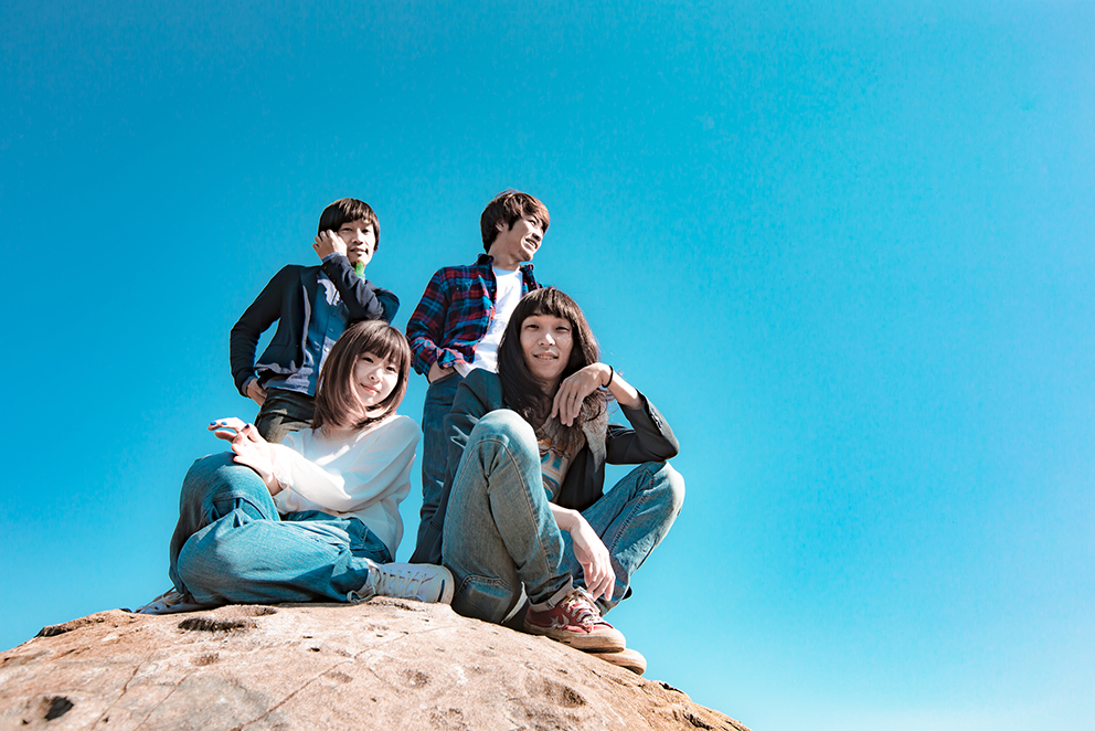 写真左上より時計回り、∴560∵(Ba&cho)、KOZO(Dr)、玉屋2060%(Vo&Gu)、アサミサエ(Vo&Key&Sampler)