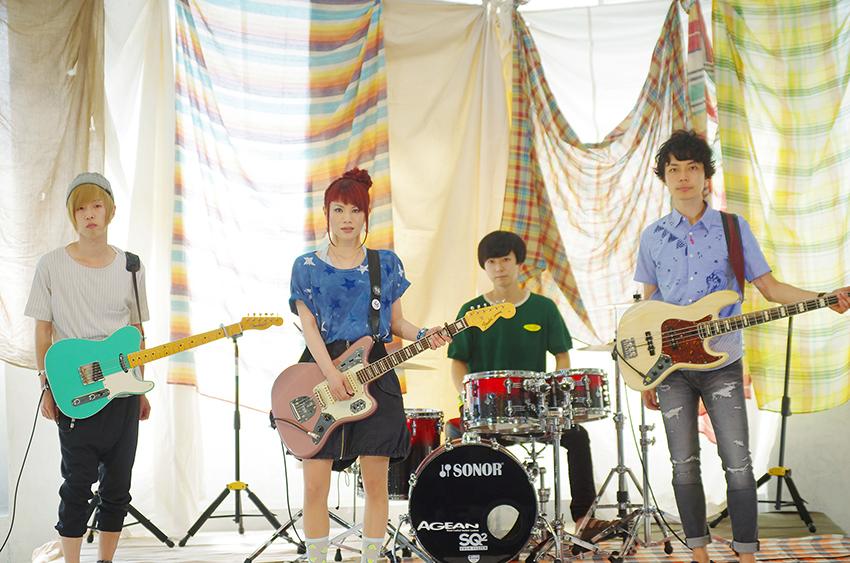 L→R ササキジュン(Gu)、きみコ(Vo&Gu)、青山友樹(Dr)、アベノブユキ(Ba)