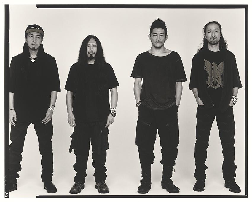 L→R KOHKI(Gu)、RONZI(Dr)、TOSHI-LOW(Vo)、MAKOTO(Ba)