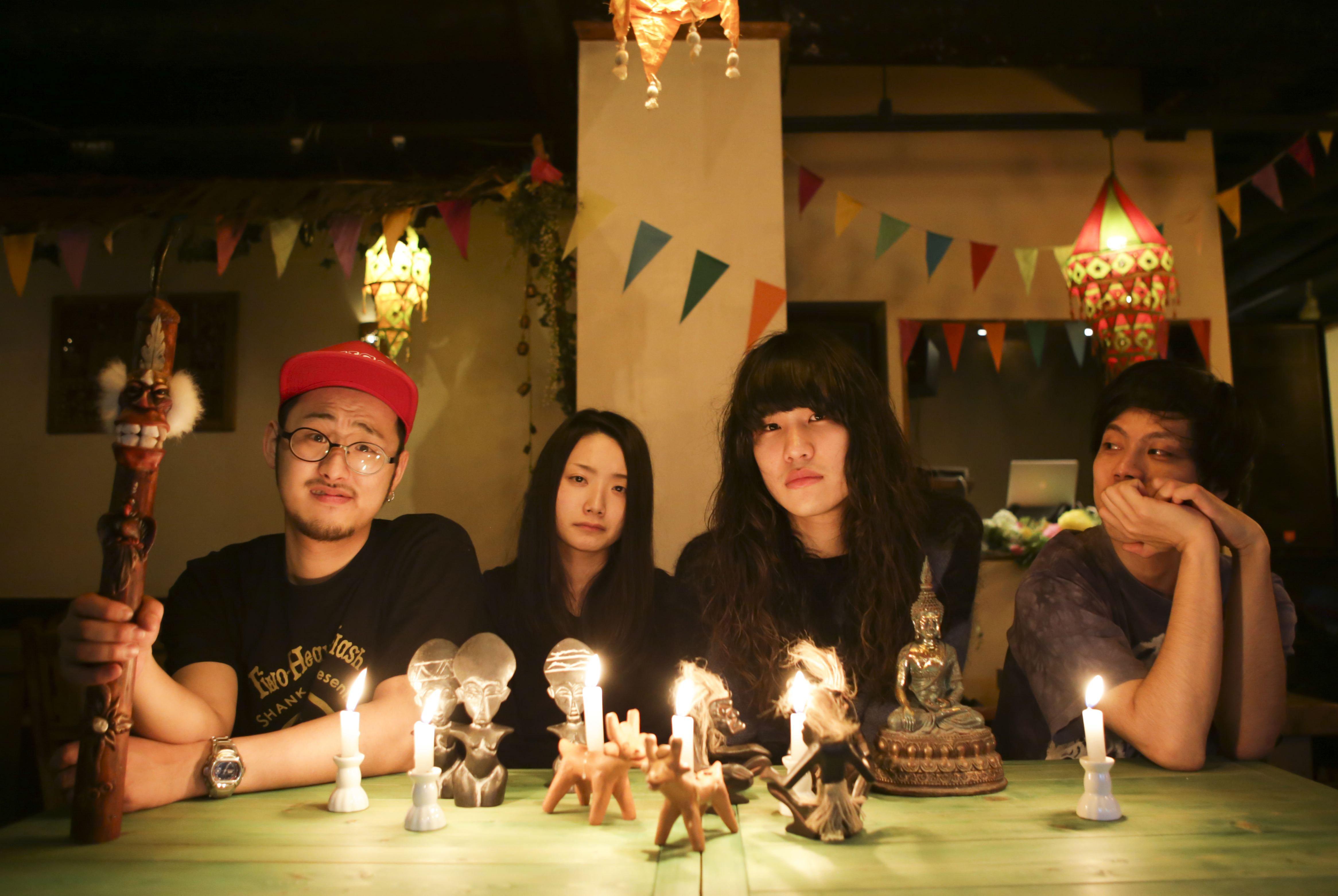 L→R クロダマサヒロ(Dr&Cho)、ミカテラ(Key&Vo)、チヨチヨイヤマ(Ba&Cho)、タナカユーキ(Vo&Gu)