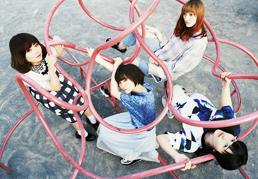 L→R 藤咲 佑(Ba&Cho)、蒼山幸子(Vo&Key)、沙田瑞紀(Gu&Cho)、澤村小夜子(Dr&Cho)