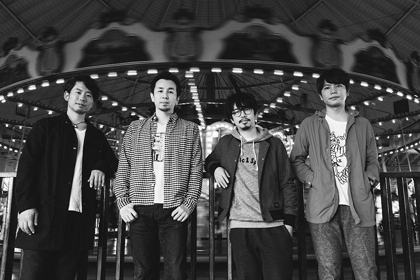 L→R 伊地知 潔(Dr)、山田貴洋(Ba&Vo)、後藤正文(Vo&Gu)、喜多建介(Gu&Vo)