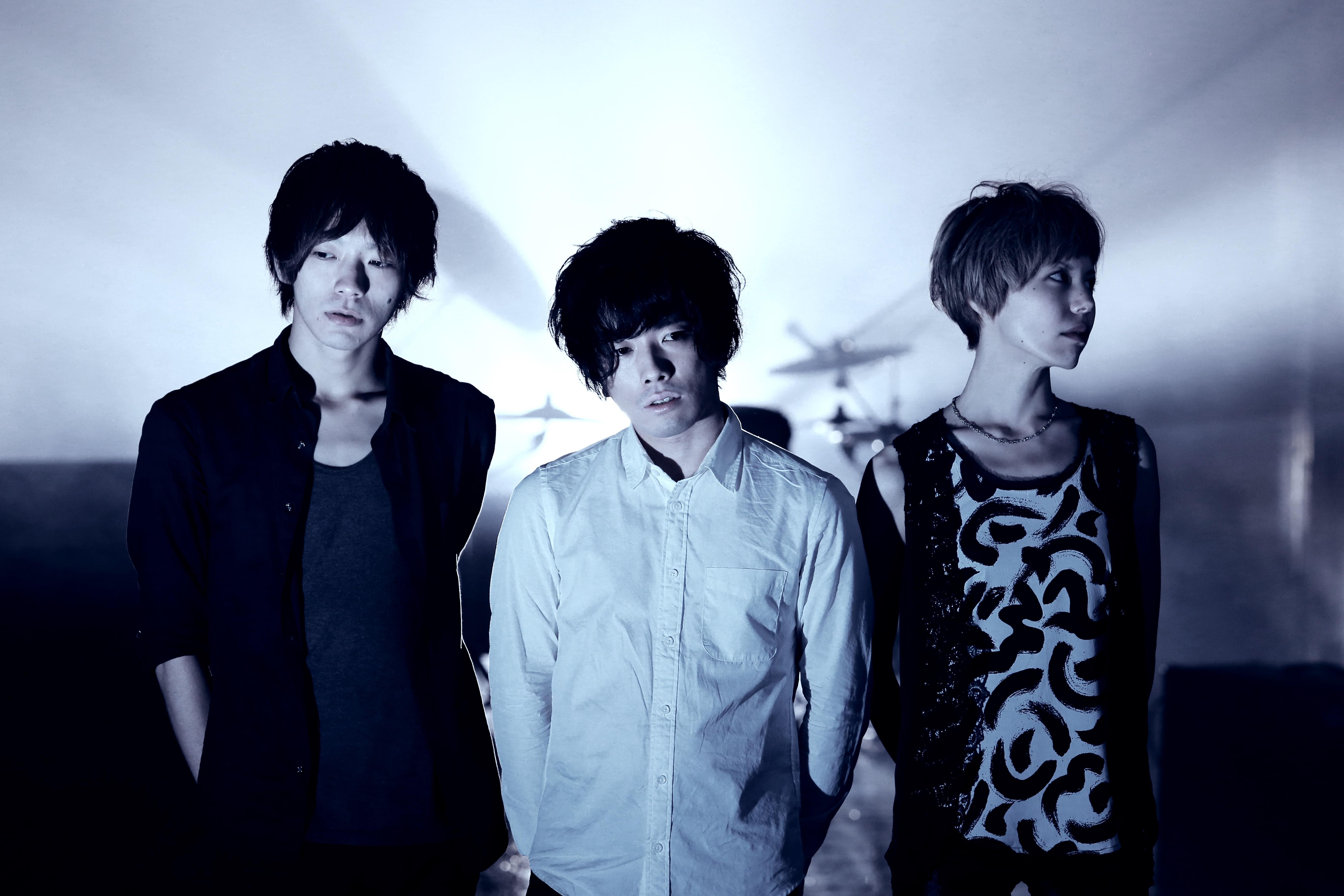 L→R 藤 教順(Ba&Cho)、小浦和樹(Vo&Gu)、宮内沙弥(Dr&Cho)