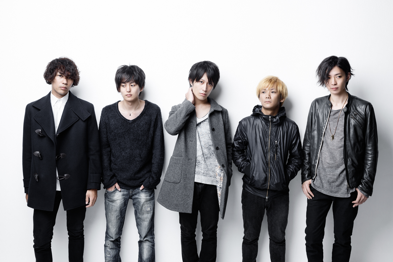 L→R クニハラ コウジ(Ba)、タカクラ ユウキ(Dr&Cho)、ナガノ ユウキ(Vo)、イノウエ ダイスケ(Gu)、ミシマ リョウヘイ(Gu&Cho)