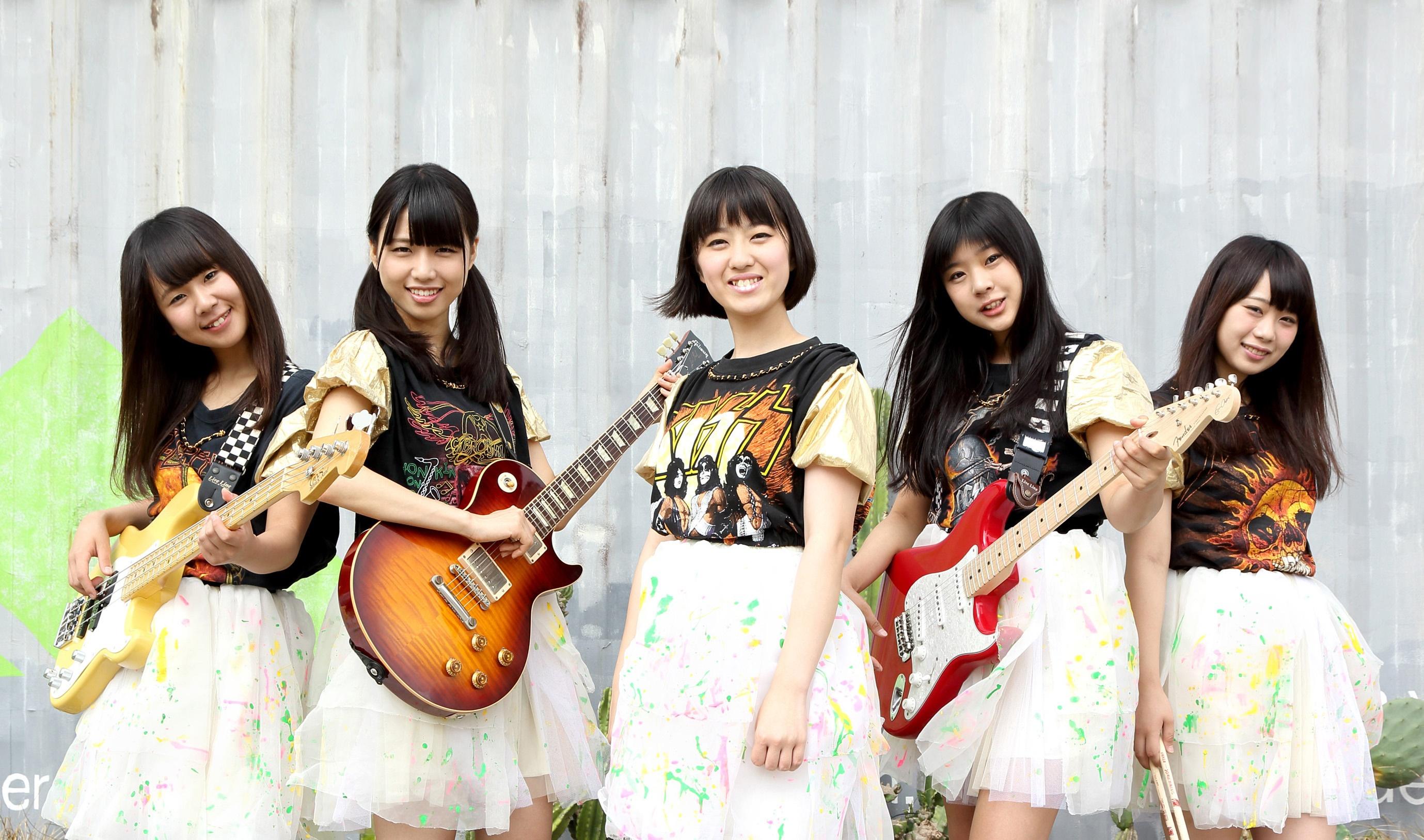 L→R SHINOBU(Ba)、RENA(Gu)、AYAKI(Vo)、MINAMI(Gu)、MAYUKO(Dr)