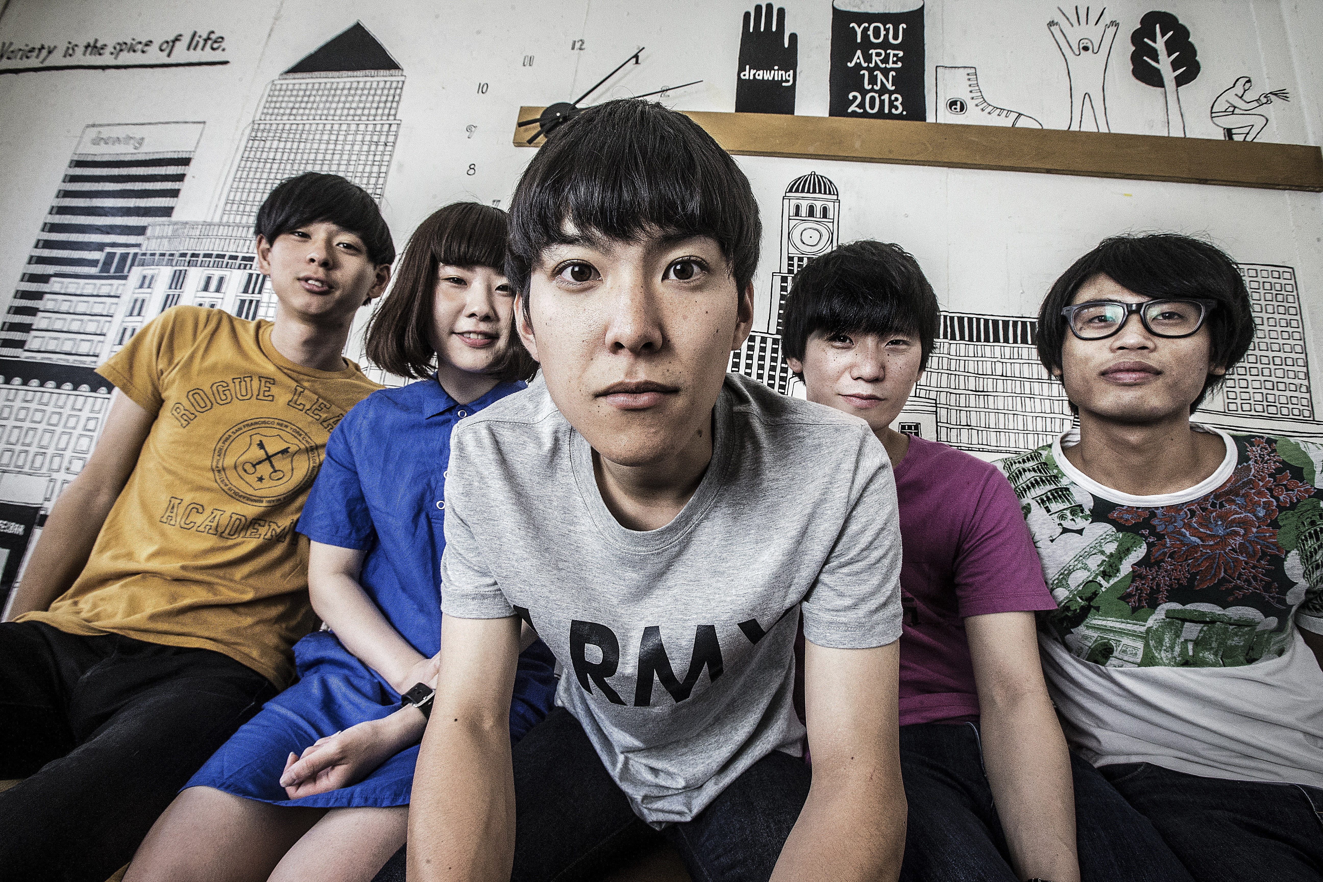 L→R  イラミナタカヒロ(Ba&Cho&Bongos)、エイリアン(Key&Vo)、中川智貴(Vo&AG&Whistle)、岡安真司(Gu&Key&Cho)、ノザキショウタ(Dr&Cho)