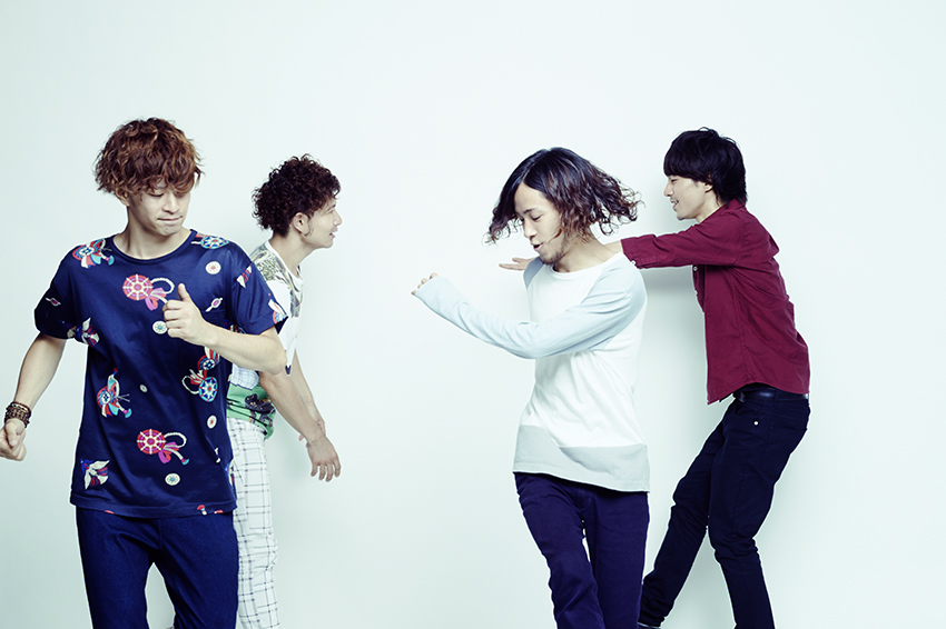 L→R 三原健司(Vo&Gu)、kaz.(Dr)、三原康司(Ba&Cho)、赤頭隆児(Gu)