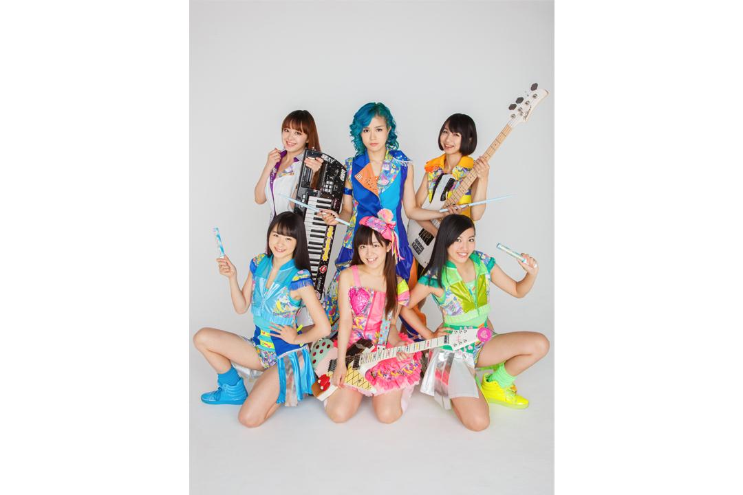 写真左上より時計回り、オレオレオナ(Vo&Key)、はな(Vo&Dr)、FチョッパーKOGA(Ba)、ありさ (performer 2号)、 TOMO-ZO (Gu)、まい (performer 1号)