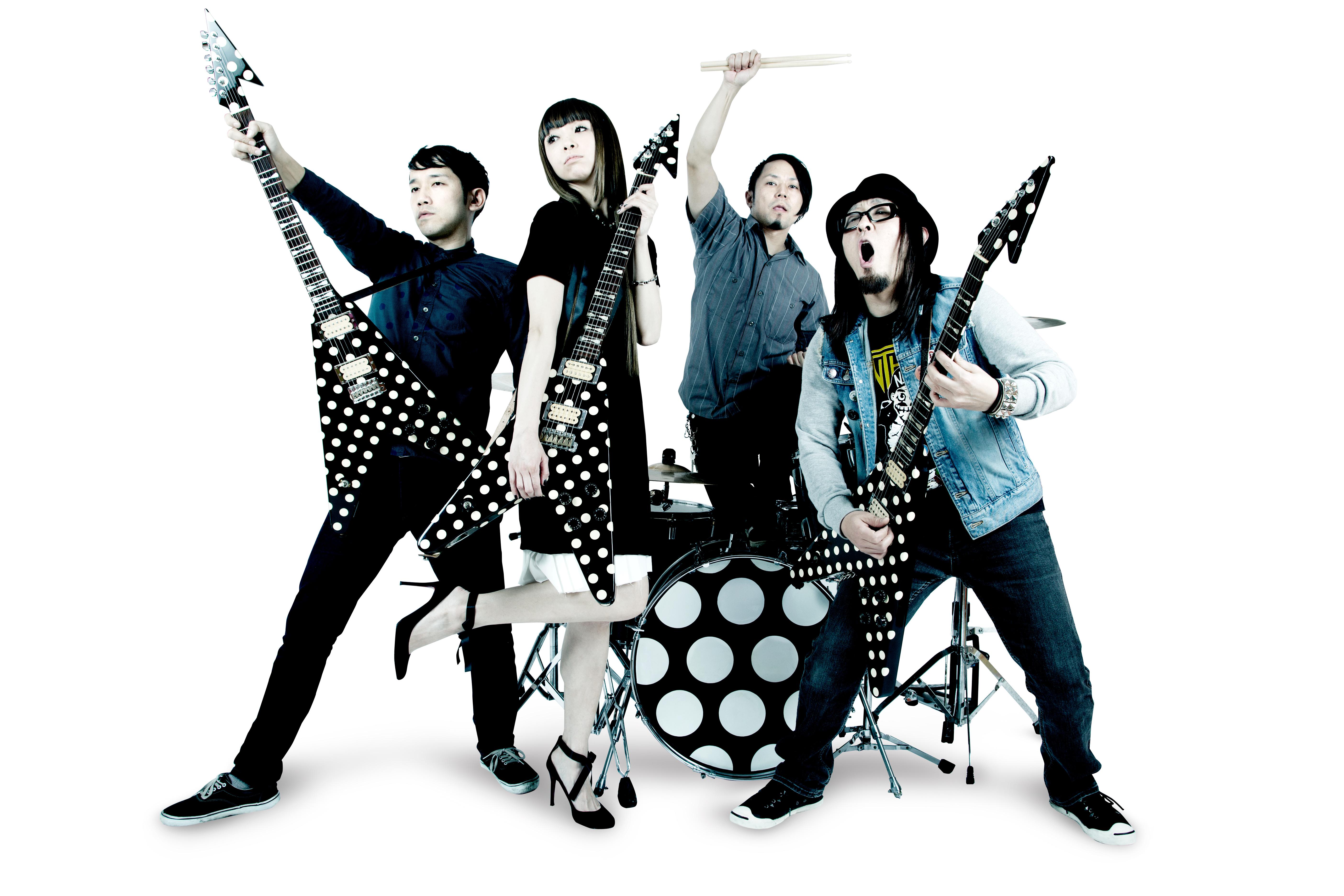 L→R  abe(Ba)、iori(Vo&Gu)、jin(Dr)、okuji(Gu&Vo)