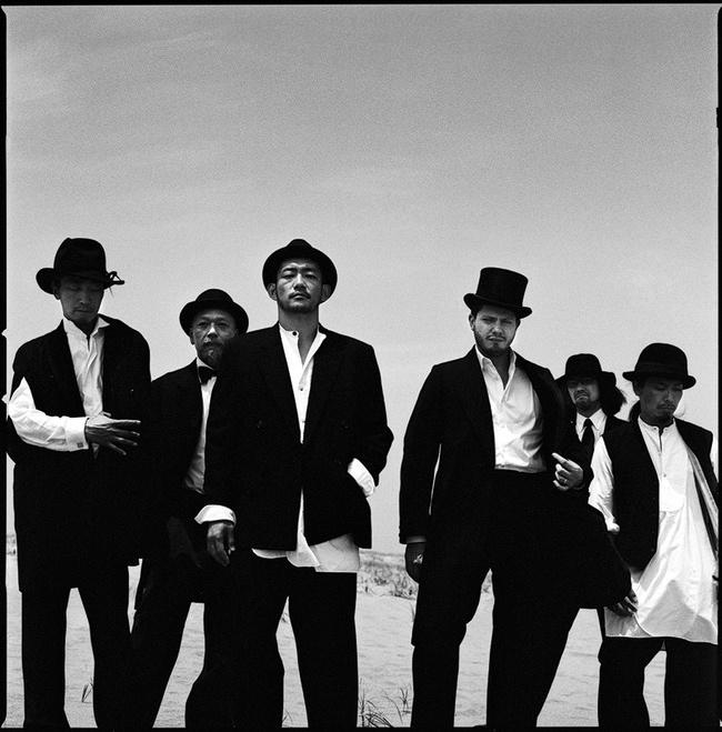L→R KOHKI(AG)、KAKUEI(Per)、TOSHI-LOW(Vo&AG)、MARTIN(Vo&Violin&AG)、MAKOTO(Ba&Cello)、RONZI(Dr)