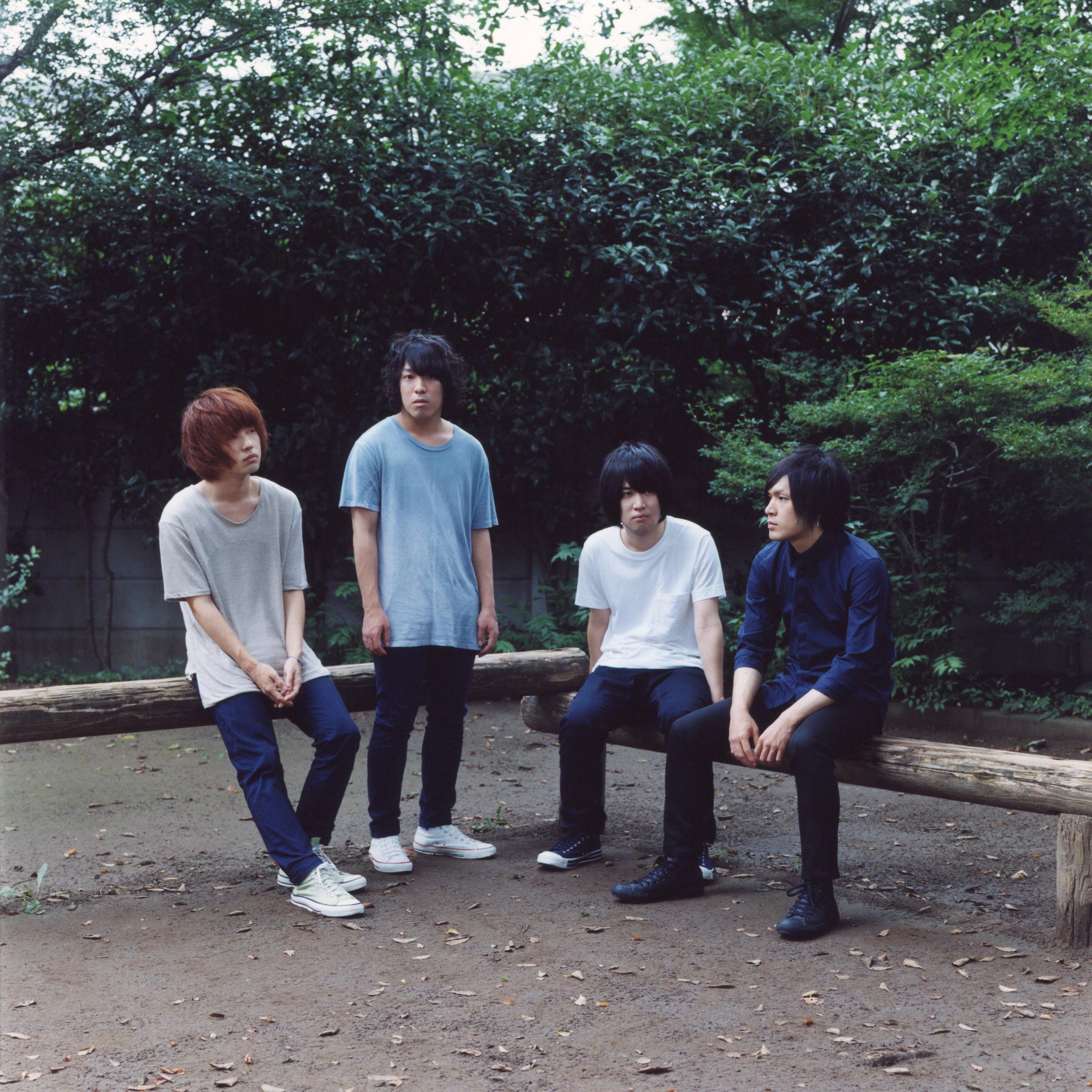 L→R 飯田祐馬(Ba)、谷口 鮪(Vo&Gu)、小泉貴裕(Dr)、古賀隼斗(Gu)