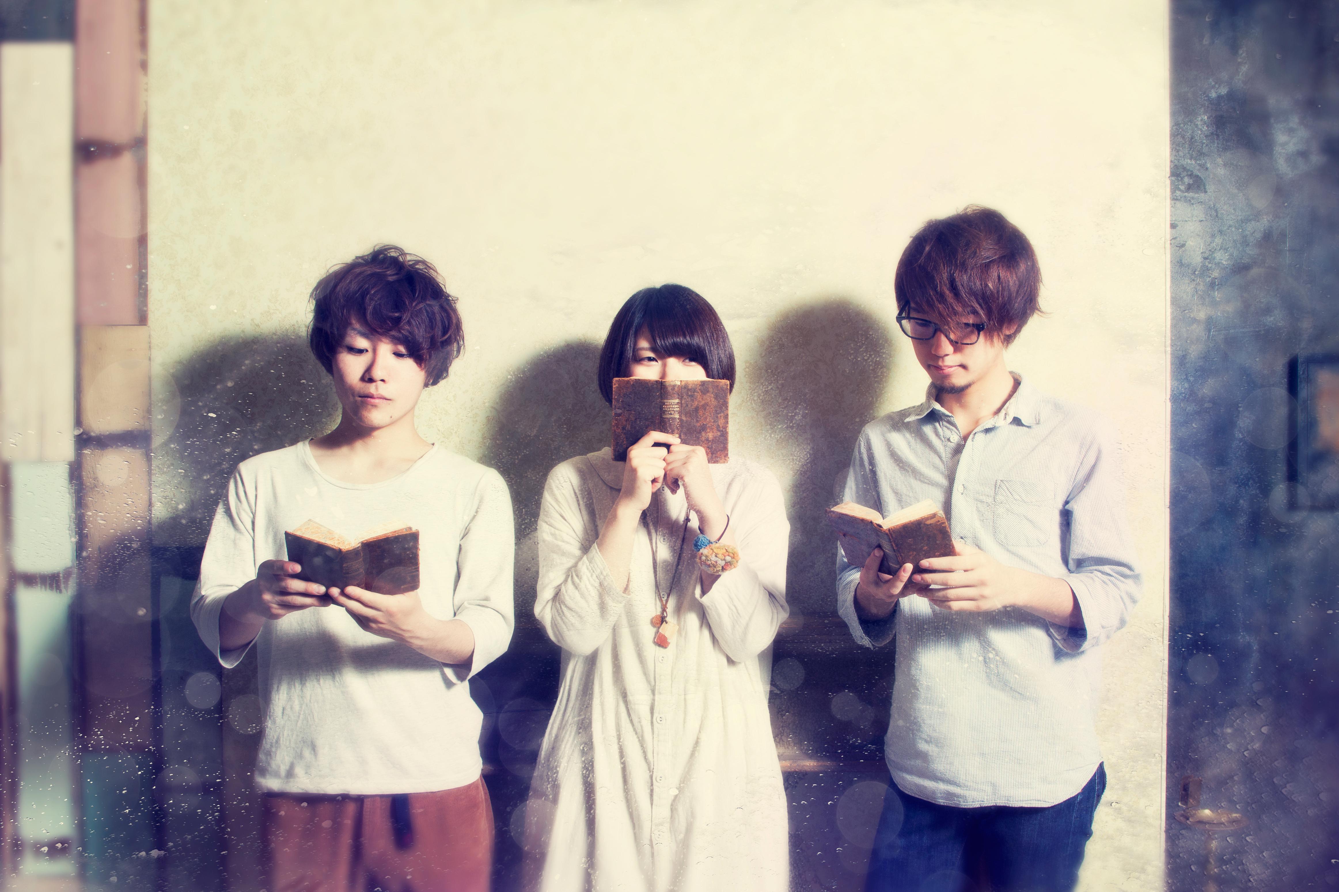L→R だいじろー(Gu)、えみちょこ(Vo&Ba)、なずお(Dr)