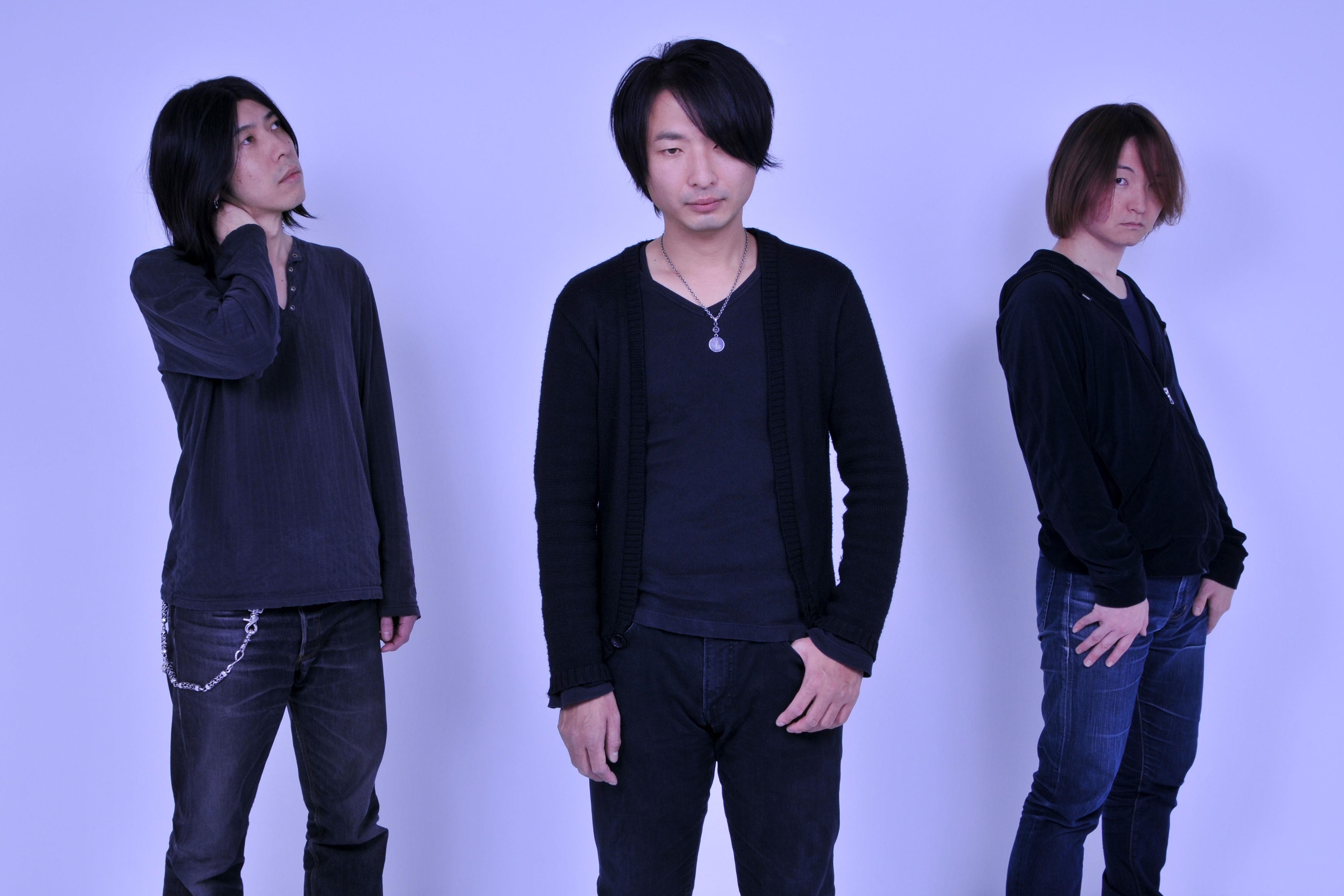 L→R 平 マサト(Ba)、飯田カヅキ(Vo&Gu)、関根ヒロユキ(Dr)