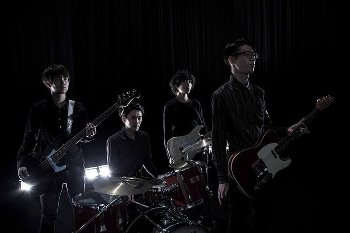 L→R マイケル(Ba)、鈴鹿秋斗(Dr)、町田建人(Gu)、米田貴紀(Vo&Gu)