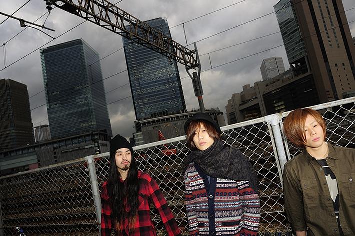 L→R   原田(Dr&Cho)、中野大輔(Gu&Vo)、関(Ba&Cho)