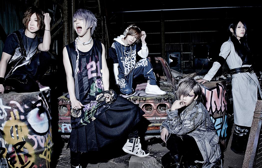 L→R yuji(Gu)、武瑠(Vo)、shinpei(Dr)、Chiyu(Ba)、masato(Gu)